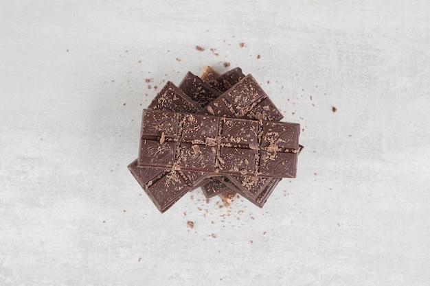 Barres de chocolat avec des noix sur une surface en marbre