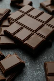 Barres de chocolat savoureuses sur fond smokey noir