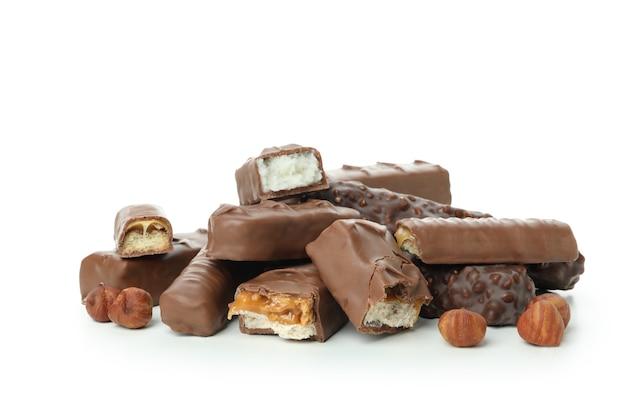 Barres chocolatées savoureuses isolées sur blanc