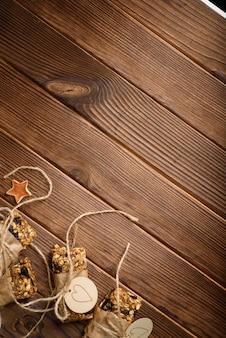 Barres énergétiques d'avoine granola maison, collation saine, sur un bureau en bois wyth copie espace pour le texte
