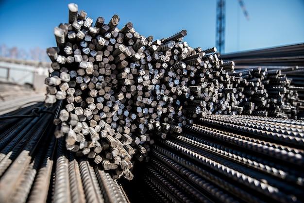 Barres de fer dans les barres pour la construction contre le ciel