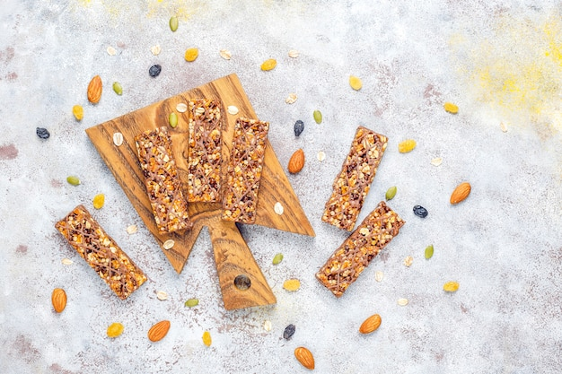 Barres granola delicios saines au chocolat et barres de muesli aux noix et fruits secs