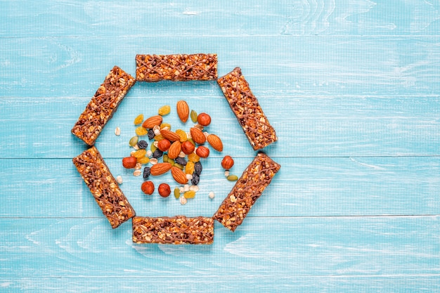 Barres granola delicios saines au chocolat, barres de muesli aux noix et fruits secs