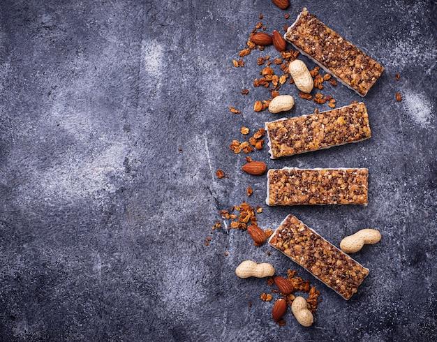 Barres granola faites maison avec des noix.