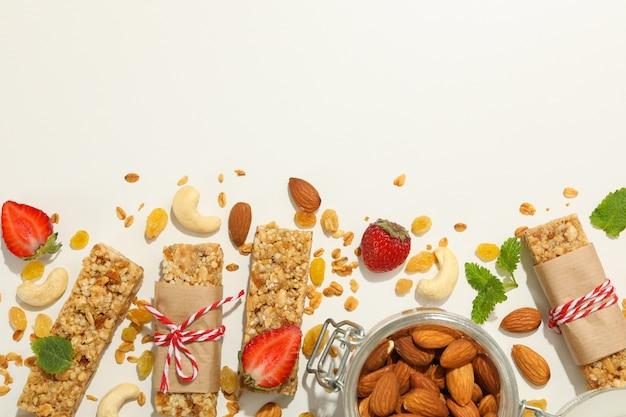 Barres granola, fraise et amande sur fond blanc, vue du dessus