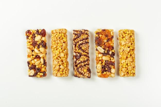 Barres granola isolés sur blanc,