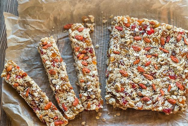 Barres granola maison sur le papier sulfurisé