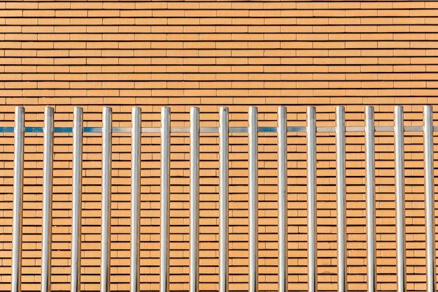 Des barres métalliques parallèles brillantes, hautes et robustes, forment une clôture de sécurité.
