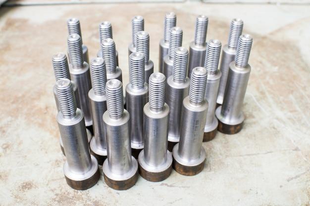 Barres métalliques pour vis