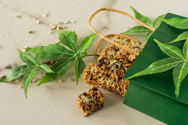 Barres protéinées au chocolat maison avec graines de chanvre et dattes. nourriture végétalienne saine.