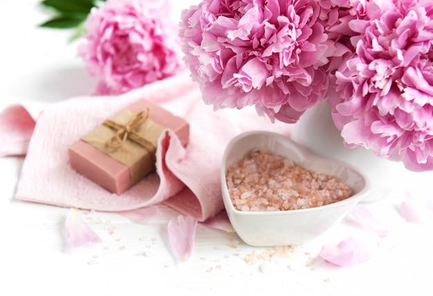 Barres de savon artisanal, serviettes douces et fleurs de pivoine