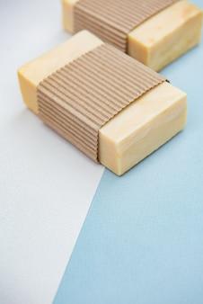 Barres de savon faites à la main sur fond de couleur, vue du dessus