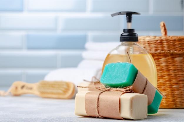 Barres de savon avec des ingrédients naturels sur la table, gros plan.