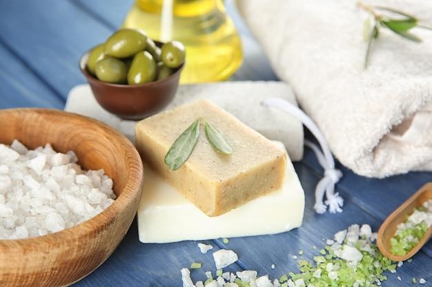 Barres de savon naturel avec extrait d'olive et sel de mer sur table en bois