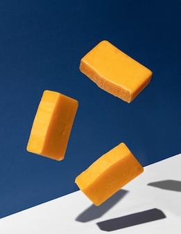 Des barres de savon naturel en lévitation dans l'air. concept créatif de cosmétiques écologiques.