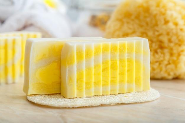 Barres de savon naturelles faites à la main. barres de savon parfumées pour cures thermales avec éponge de luffa, épurateur naturel de la mer. produits cosmétiques de toilette et de bain pour les soins de la peau d'hygiène. zero gaspillage.