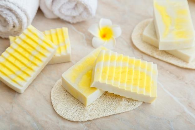 Barres de savon naturelles faites à la main. barres de savon parfumées pour les soins de spa, cosmétiques naturels à base de beurre d'huile d'olive. produits cosmétiques de toilette et de bain pour les soins de la peau d'hygiène.