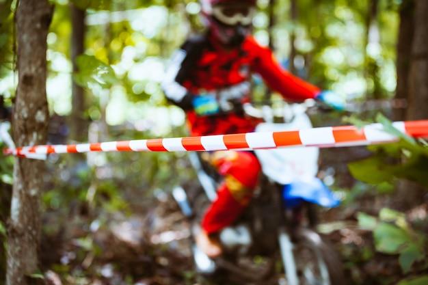 Barricade corde en plastique avec des vélos de montagne