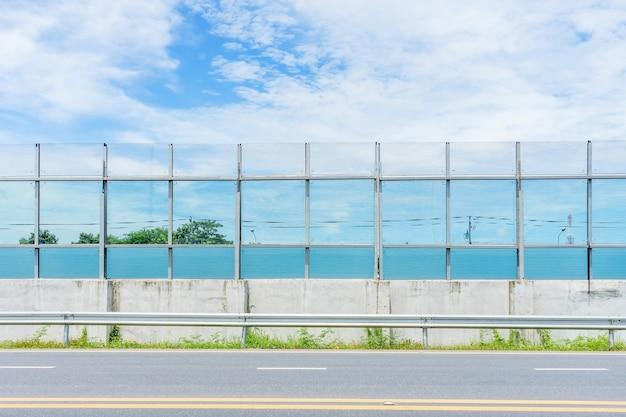 Une barrière anti-bruit en plastique et un rail de garde bloquant la route
