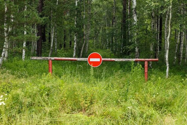Barrière dans la forêt