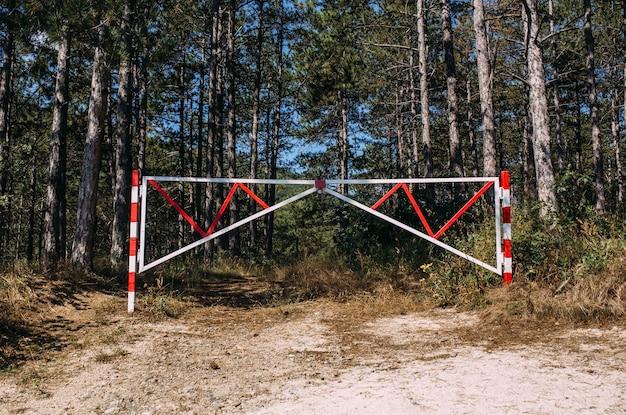 Barrière interdisant l'entrée dans une belle pinède dans un espace privé