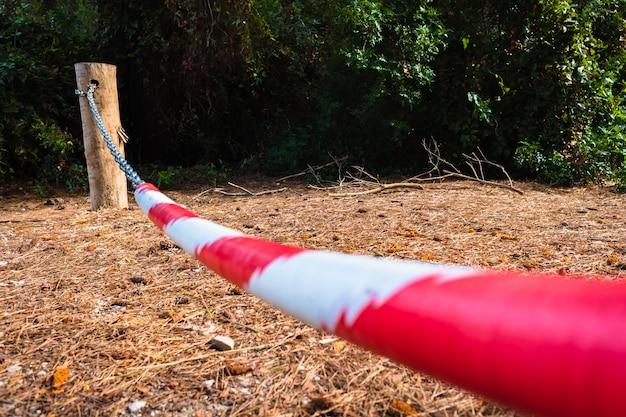 Barrière interdit le passage dans une forêt, propriété privée.