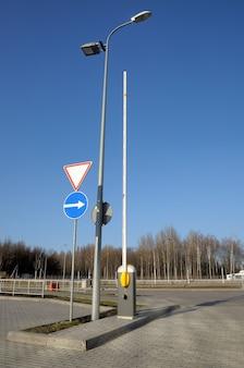 Barrière moderne pour les voitures sur la route.