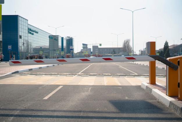 Une barrière de porte de voiture de route, un laissez-passer d'entrée de sécurité