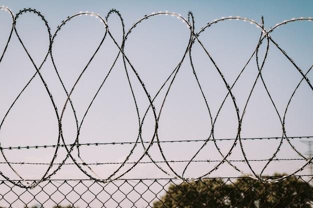 Barrière de sécurité en fil de fer barbelé