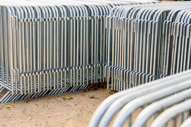 Barrières en acier portables empilées dans la rue.