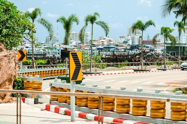 Barrières à rouleaux installées sur des routes courbes et escarpées et en bas de la colline pour protéger des accidents