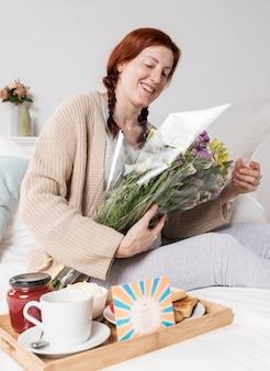 Bas angle, femme, tenue, bouquet fleurs