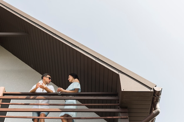 Bas, angle, vue, couple, debout, balcon
