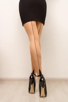Bas sur de belles jambes féminines avec des talons hauts.