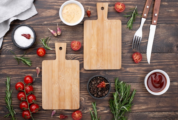 Bas en bois avec tomates sur table