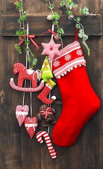 Bas de décoration de noël et jouets faits à la main sur fond de bois rustique. ornements de fête