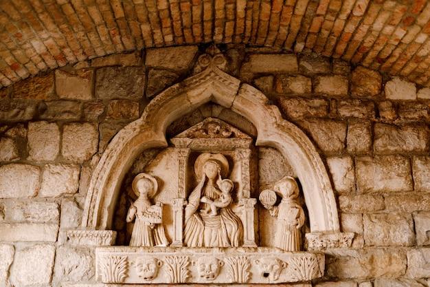 Bas-relief dans la niche de la porte de la mer de kotor représentant la vierge à l'enfant.