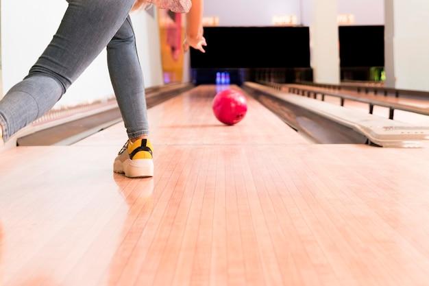 Bas, vue, femme, lancer, boule bowling