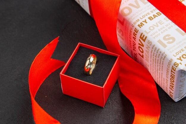 Bas vue rapprochée bague cadeau saint valentin en boîte sur fond sombre