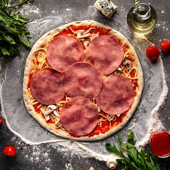 Base de pâte préparée pour pizza avec garnitures