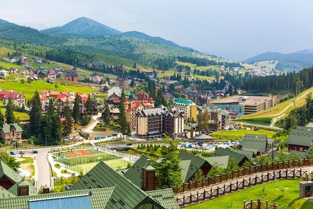 Base de la station de ski bukovel dans les montagnes des carpates en journée d'été.