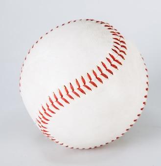 Baseball isolé sur blanc avec un tracé de détourage un bien usé