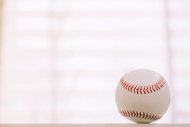 Baseball sur table avec fond de fenêtre