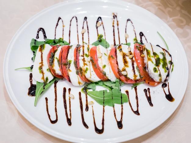 Basilic frais, fromage et tomates sur plaque, gros plan