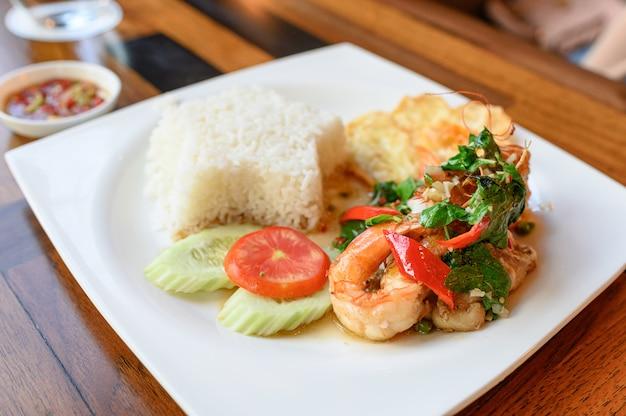 Basilic sauté, chili aux crevettes, calamars à l'œuf au plat et riz blanc
