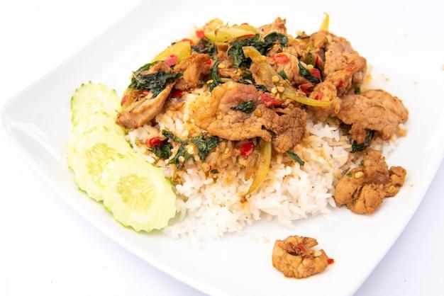 Basilic sauté avec porc sur riz
