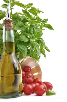 Basilic, tomates et huile d'olive