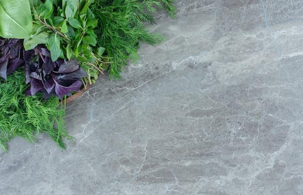 Basilic violet et persil , sur la table en marbre.