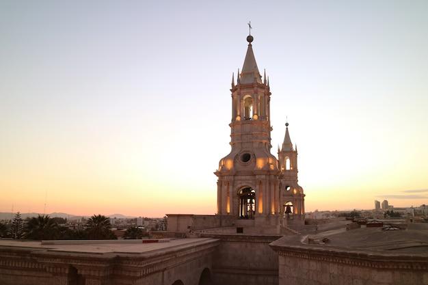 Basilique cathédrale d'arequipa, site du patrimoine mondial de l'unesco d'arequipa dans la soirée, pérou