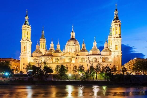 La basilique cathédrale de notre-dame du pilier est une église catholique romaine de la ville de saragosse dans la région d'aragon en espagne
